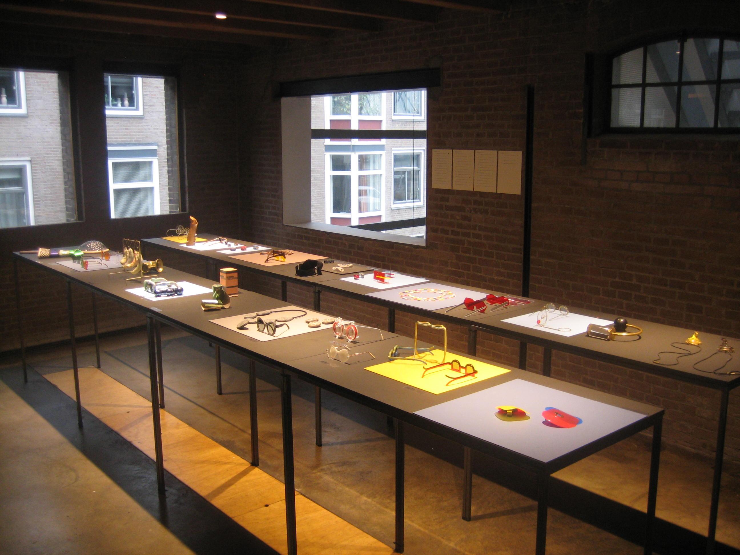 ARTEZ Hogeschool voor de Kunsten Arnhem, sieraden en brillen, Galerie Marzee. Foto Esther Doornbusch, 2 maart 2019, CC BY 4.0