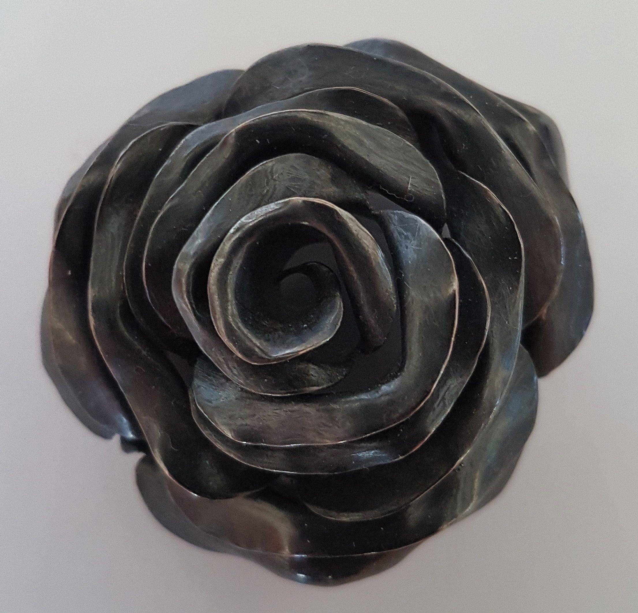 Warwick Freeman, Black Rose, broche, 1995. Particulier bezit Truus & Joost Daalder. Foto met dank aan Deana Scheerhoorn©