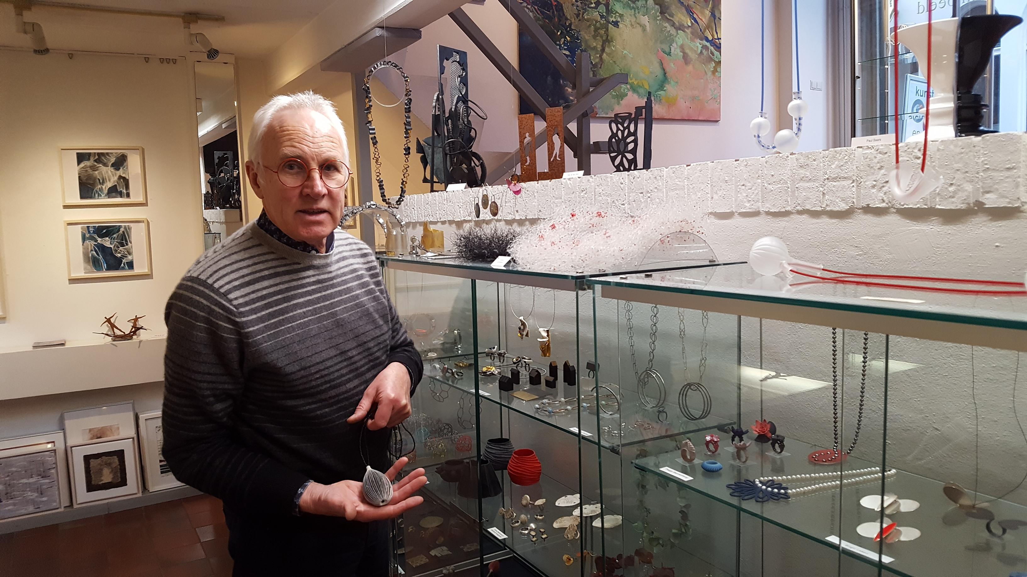 Karel Betman in Galerie Beeld & Aambeeld, portret, vitrines, halssieraad, Maria Hees, glas, koord