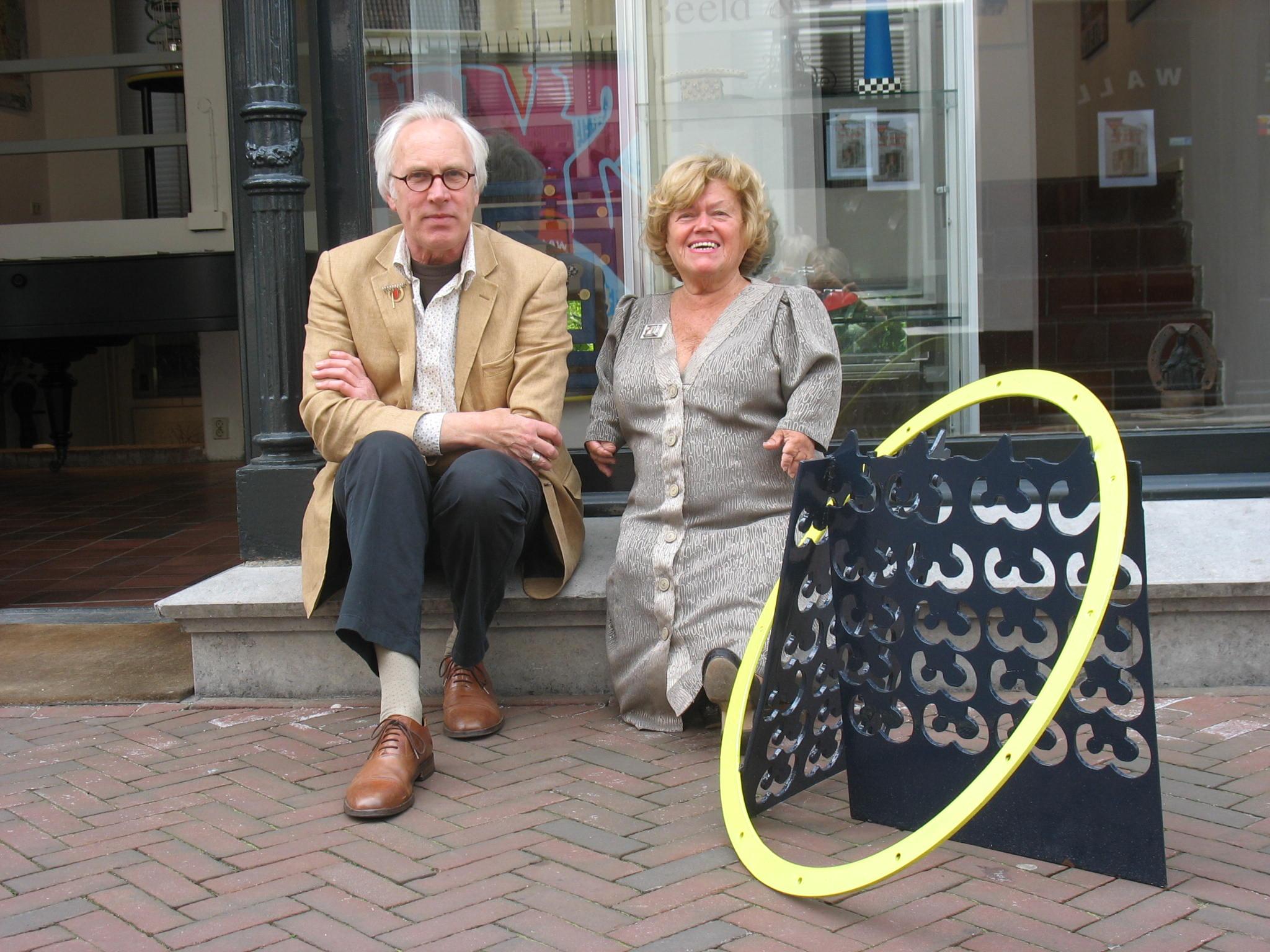Karel Betman en Martha Haveman voor de galerie, 2010, portret, object, gevel