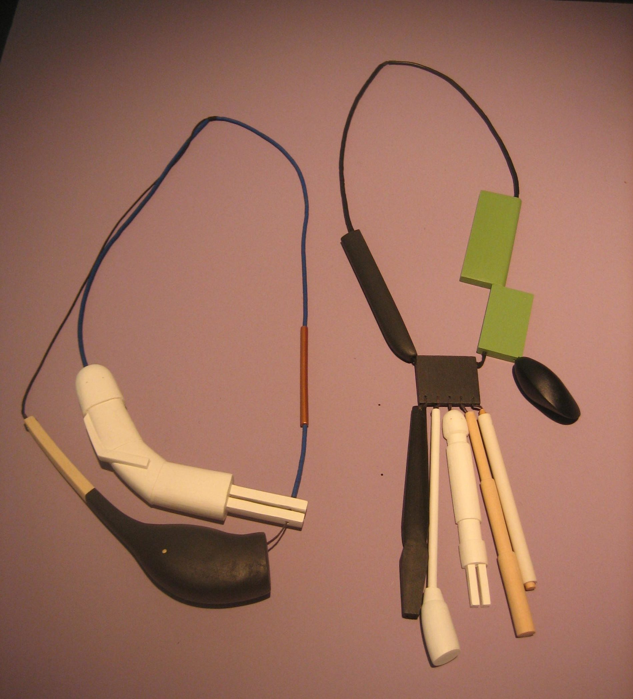 Karin Herwegh, halssieraden. Galerie Ra, tentoonstelling, hout, textiel, verf