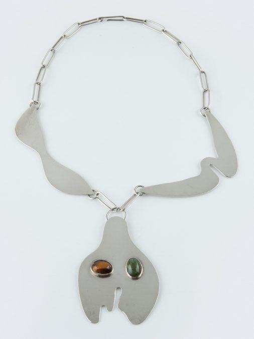 Hans Arp, Tête de Bouteille et Moustache, halssieraad/broche, 1960, zilver, steen