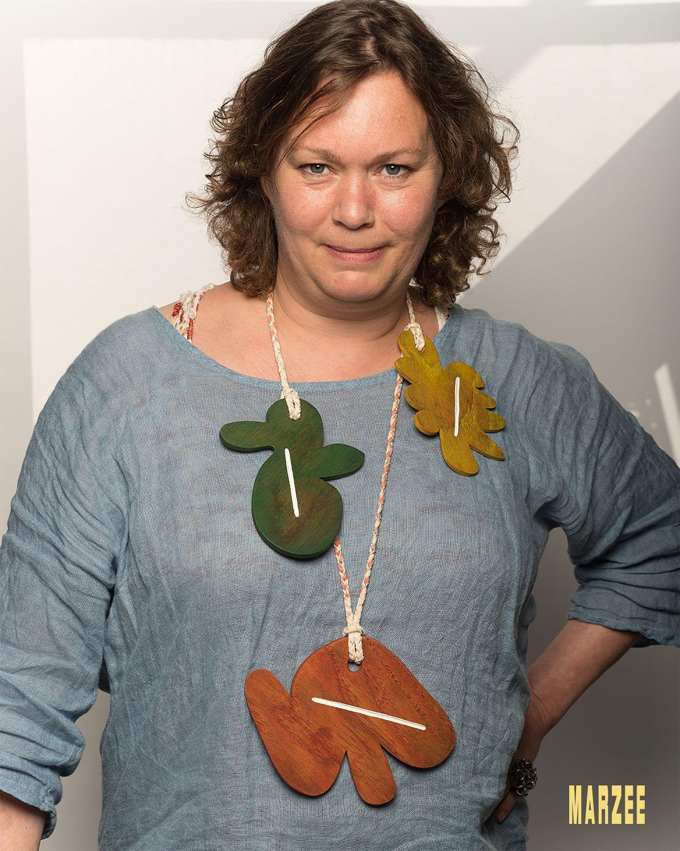 Esther Doornbusch draagt halssieraad Julia Walter, 24 mei 2019, foto Galerie Marzee/Michiel Heffels, portret, hout, koord, verf, ring, Georg Dobler, gezwart zilver, robijnen