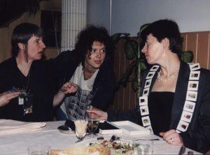 Voorbereidingen op Sieraden, de keuze van Arnhem, Marta de Wit, onbekend en Hadewych Martens, 1999. Foto met dank aan Galerie Marzee©