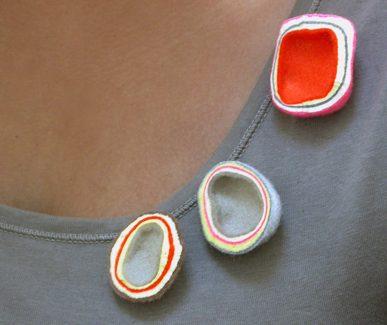Brigit Daamen, Woldolomiet, broches, 2010, wol, metaal