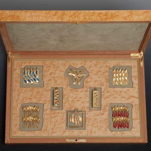 Arman uitgevoerd door Pierre Hugo voor Stéphane Klein, box met hangers, 180-1989. Foto met dank aan Didier Ltd©
