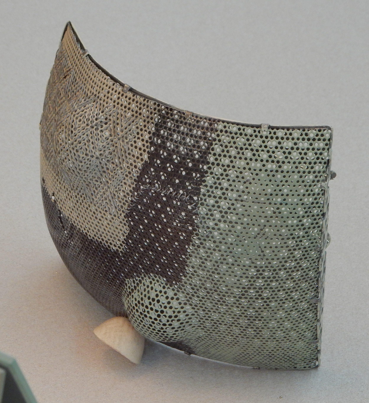 Dana Hakim, Brooch 06, broche, 2010. Collectie CODA, CO04289, metaal, tentoonstelling, vitrine