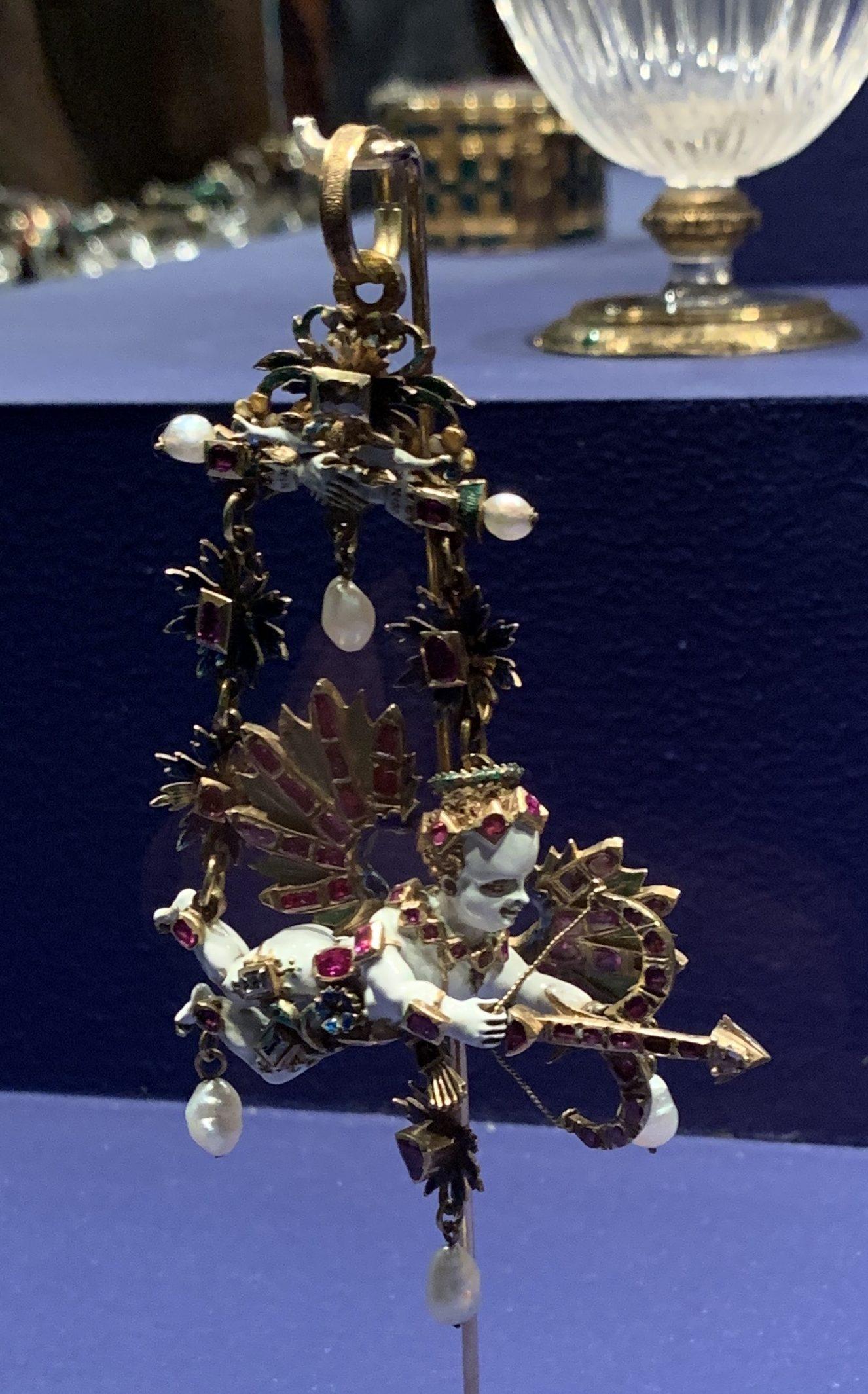 Juwelen! Hermitage Amsterdam, 2019. Amor, hanger, circa 1580. Foto met dank aan SAF, Astrid Berens©