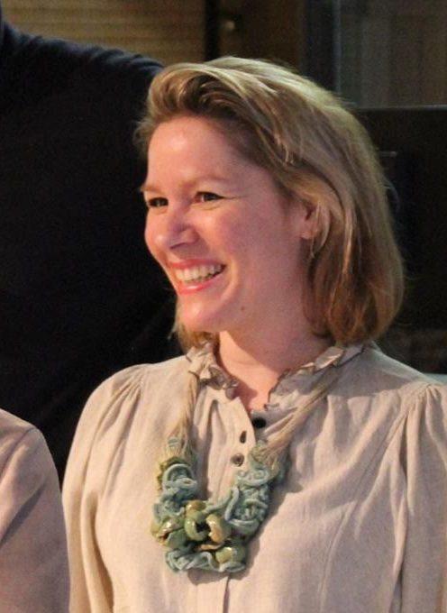 Ineke Heerkens draagt eigen werk in Galerie Marzee, 2018, textiel, keramiek, portret