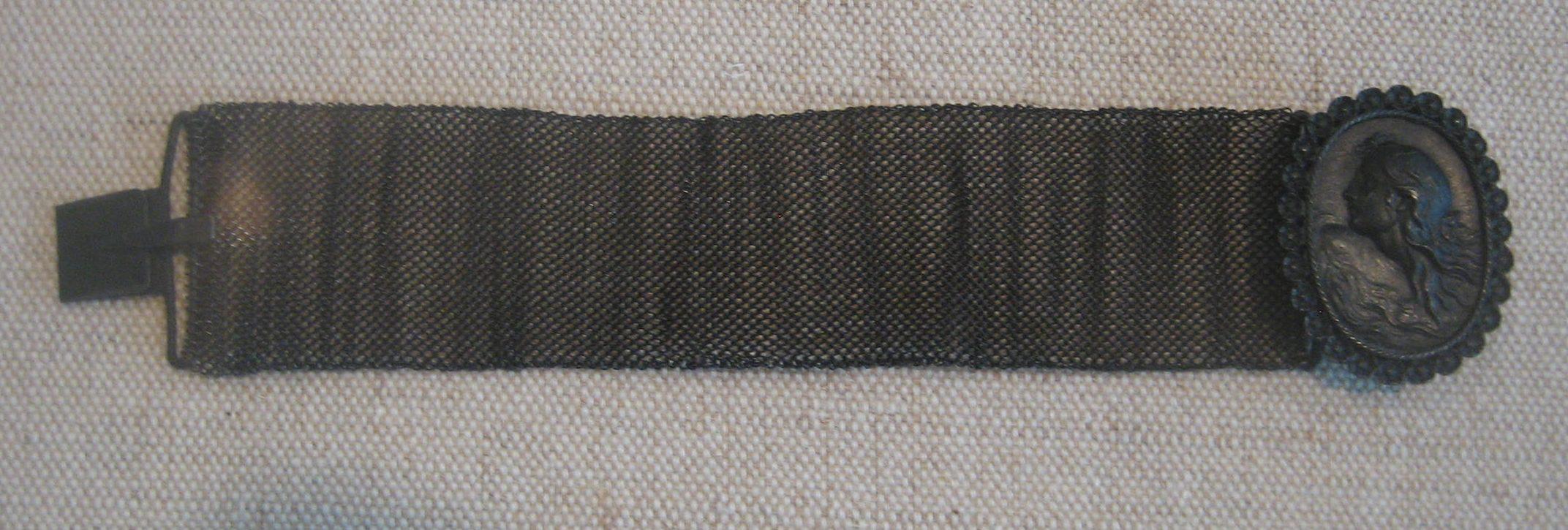 KPEG, armband van fer de Berlin, circa 1820. Collectie Schell. Foto Esther Doornbusch, mei 2019, CC BY 4.0