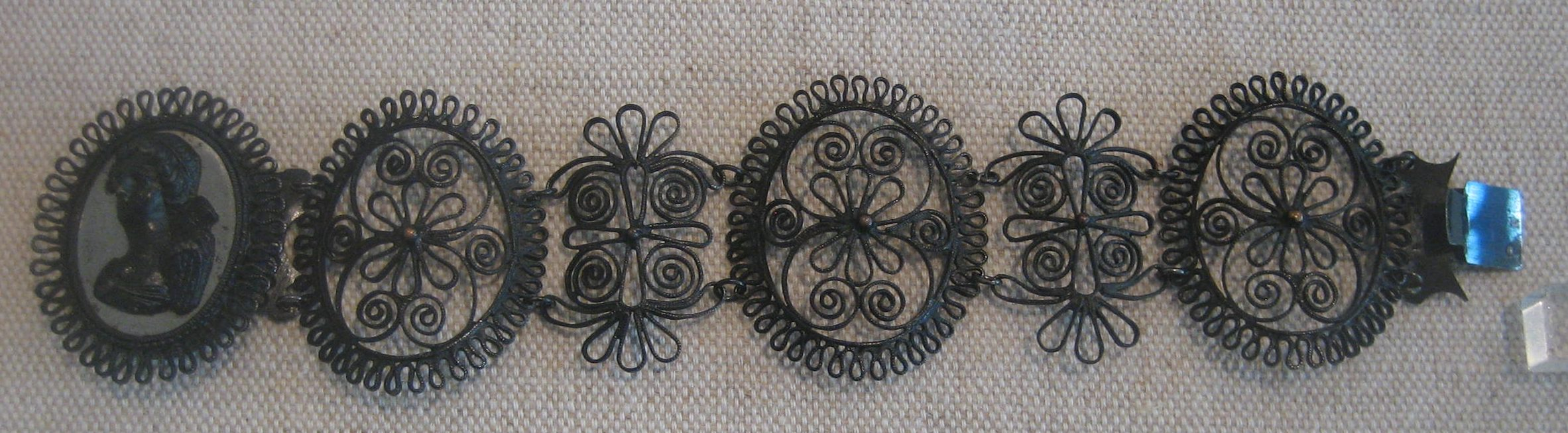 Armband van fer de Berlin, Rheinisches Eisenkunstguß-museum, Sayn. Foto Esther Doornbusch, mei 2019