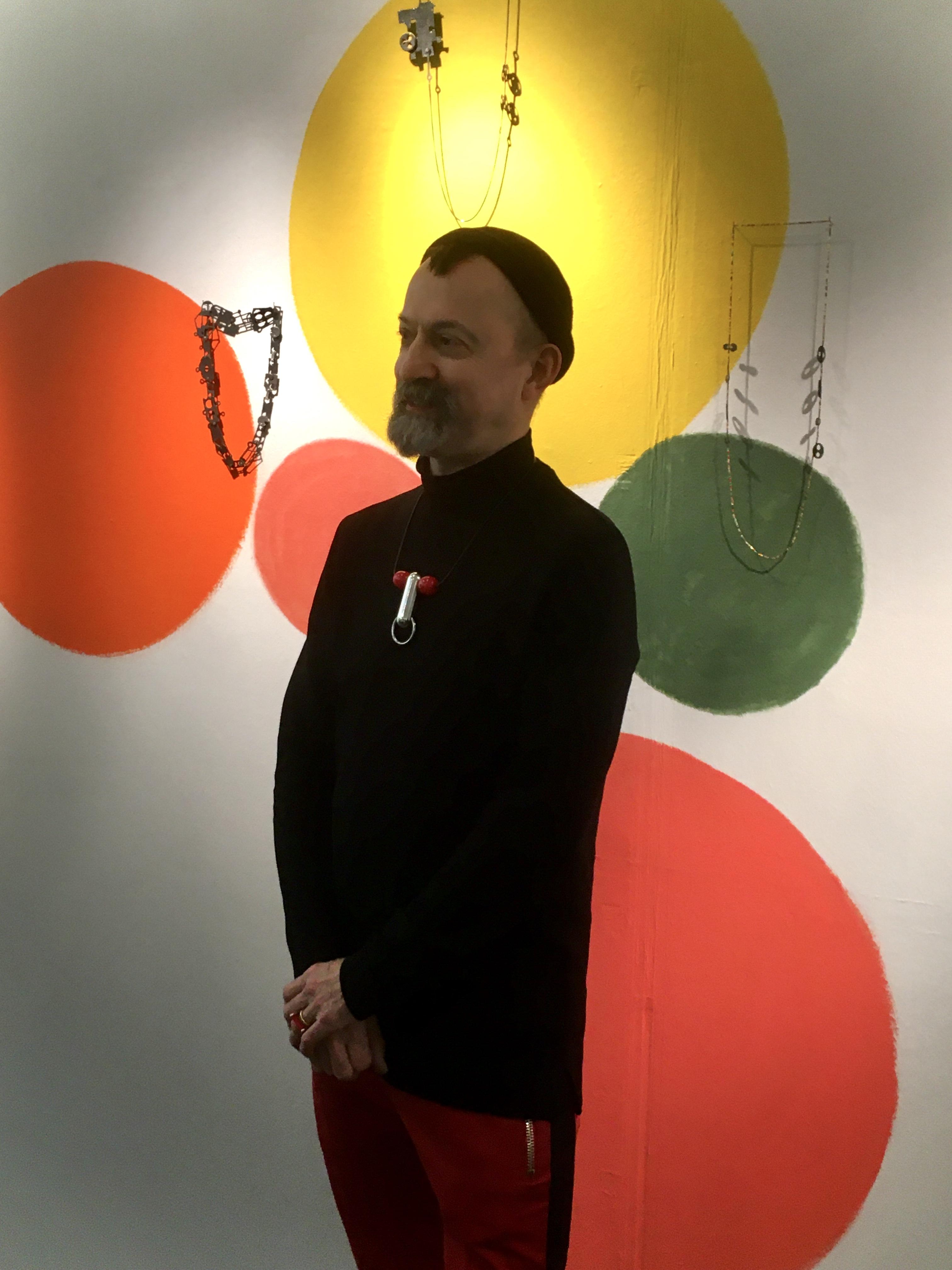 Paul Derrez in Galerie Ra, 21 december 2019, foto Birgit Laken, portret, halssieraden, Réka Fekete, metaal, kunststof