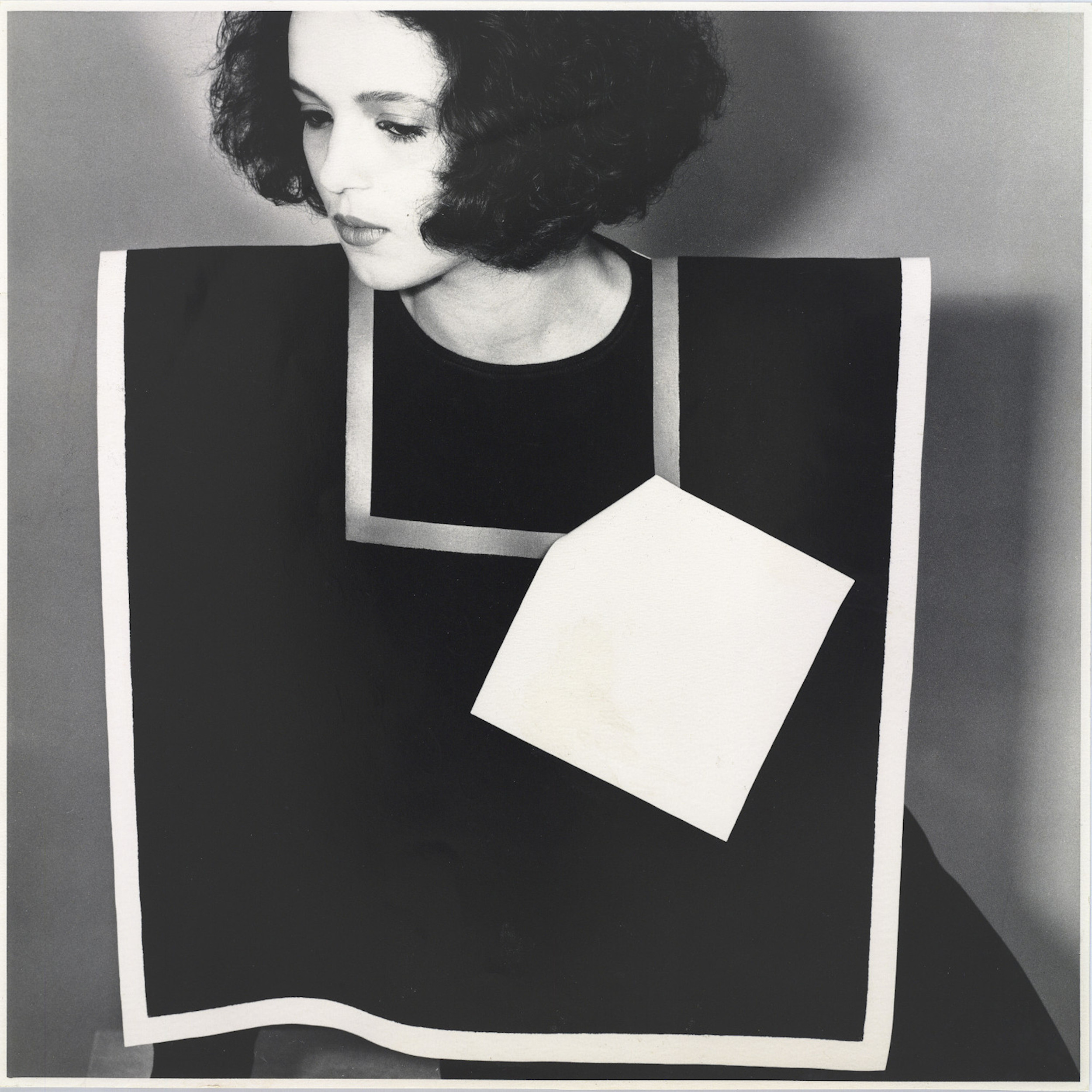 Claudie Berbée en Joke Brakman, Over-all 5a, Rechthoek met halsuitsnijding, 1983, textiel. Foto Anna Beeke, 1983