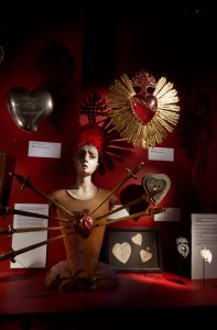 Wonderkamer II door Wouters & Hendrix, DIVA, 2019-2020, zilveren ruimte, hartenverzameling met onder andere beeld van Onze-Lieve-Vrouw van zeven Smarten, Midden-Italië, 18e eeuw. Collectie Dr. Boyadijan, KMKG. Foto met dank aan DIVA, Stany Dederen©