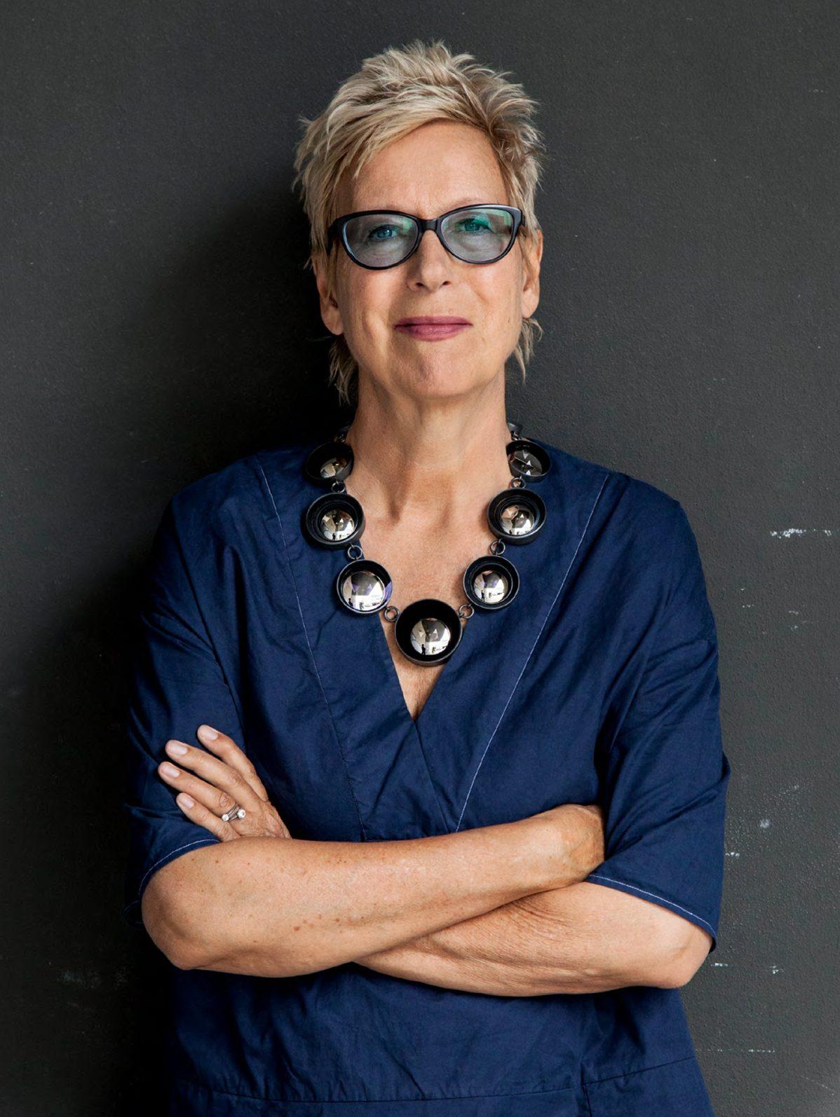 Doris Dörrie draagt Jiro Kamata, Spiegel, halssieraad, 2013, portret