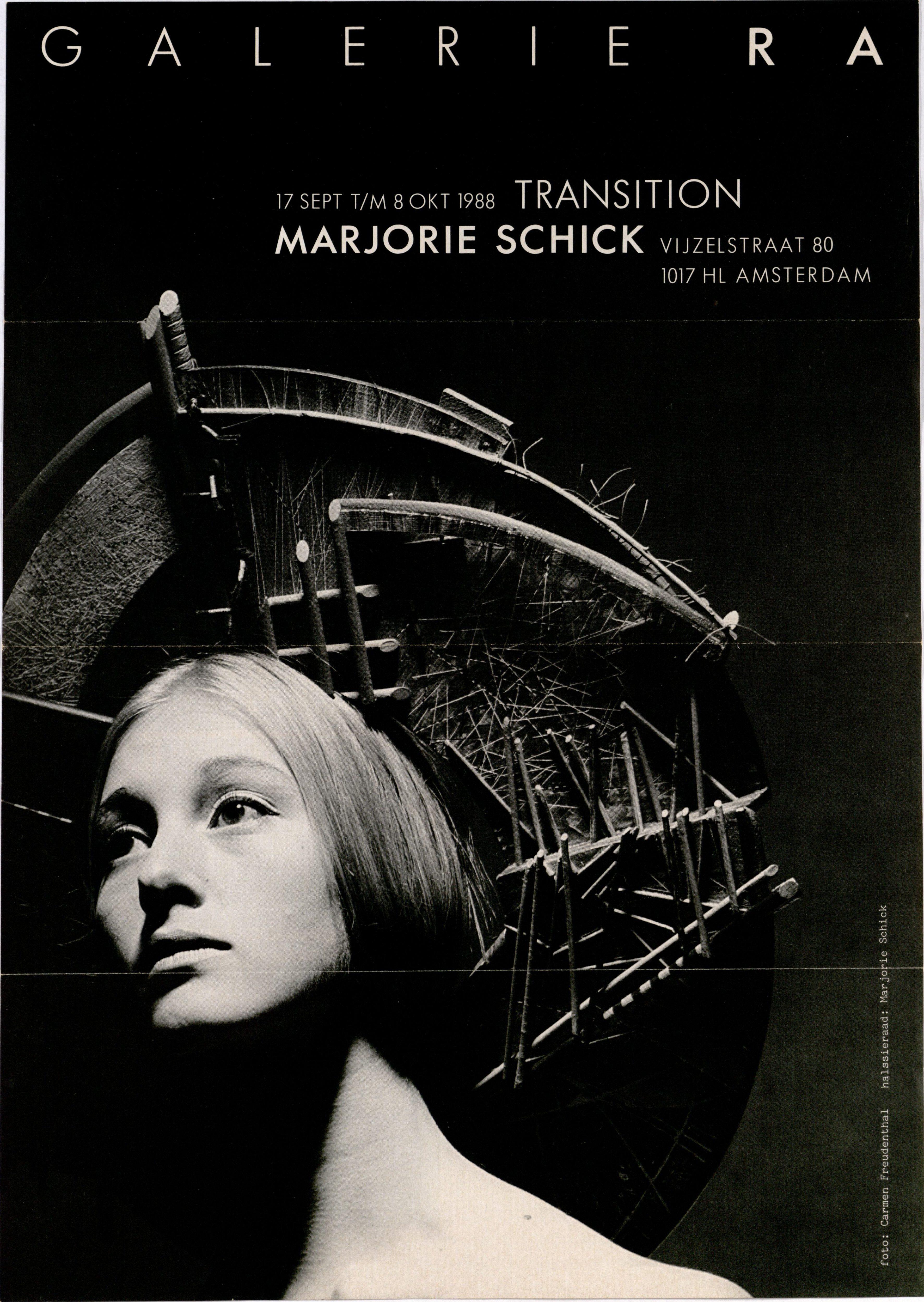 Ra Bulletin 43, september 1988, voorzijde met foto van Carmen Freudenthal met sieraad van Marjorie Schick, drukwerk, papier, hout, verf