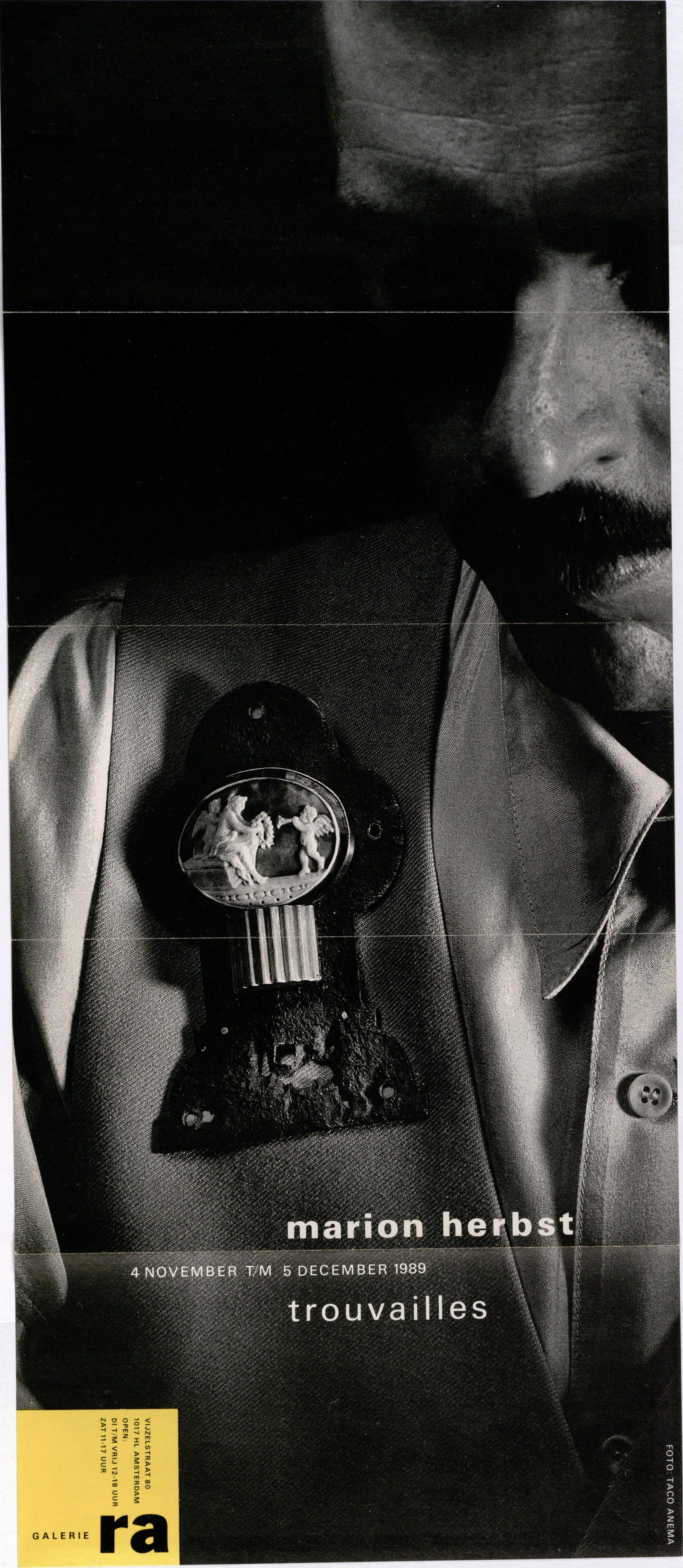 Ra Bulletin 51, november 1989, voorzijde met foto van Taco Anema met broche van Marion Herbst, drukwerk, papier, metaal