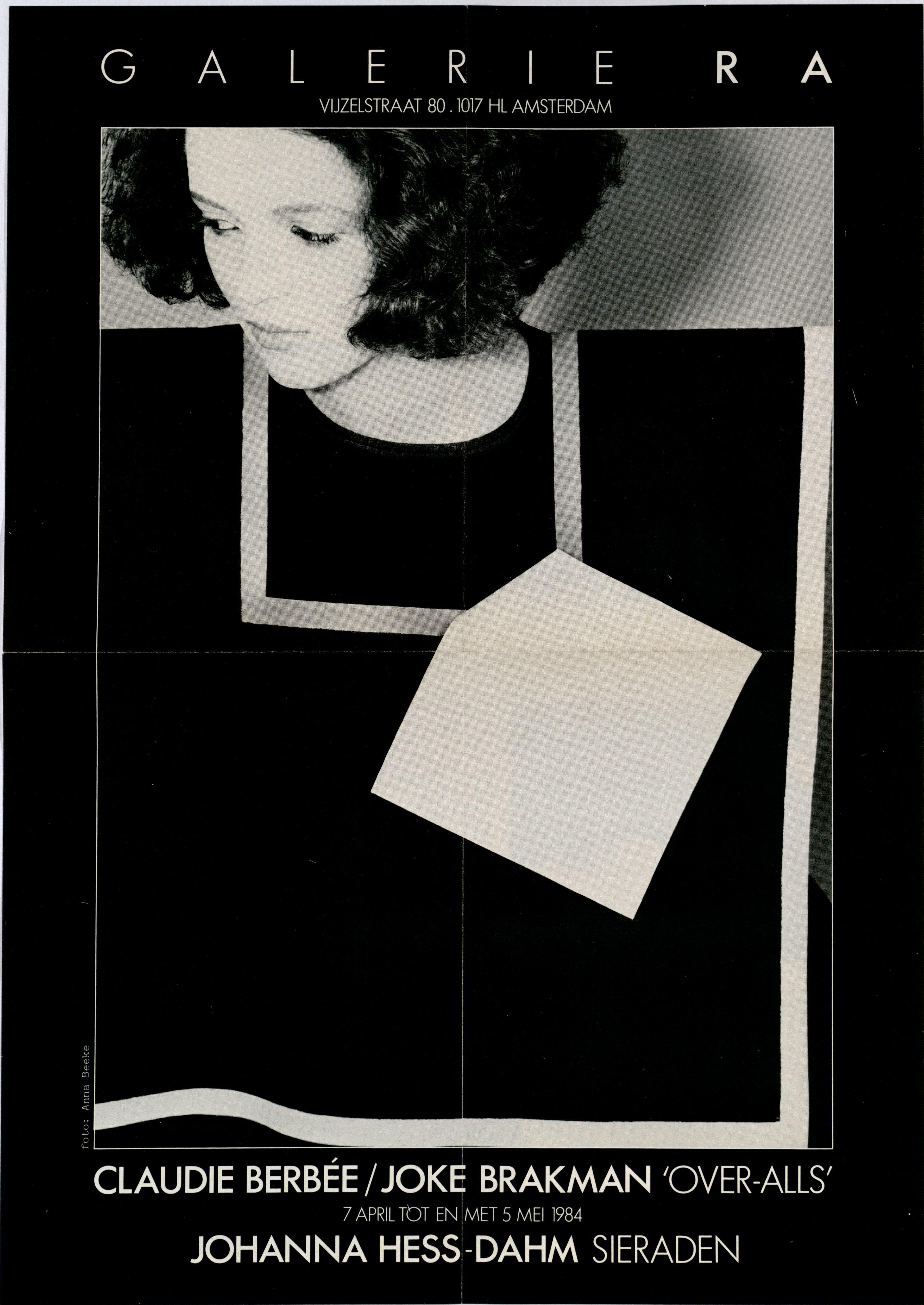 Ra Bulletin 10, april 1984, voorzijde met over-all van Claudie Berbée en Joke Brakman, foto Anna Beeke, drukwerk, papier, textiel