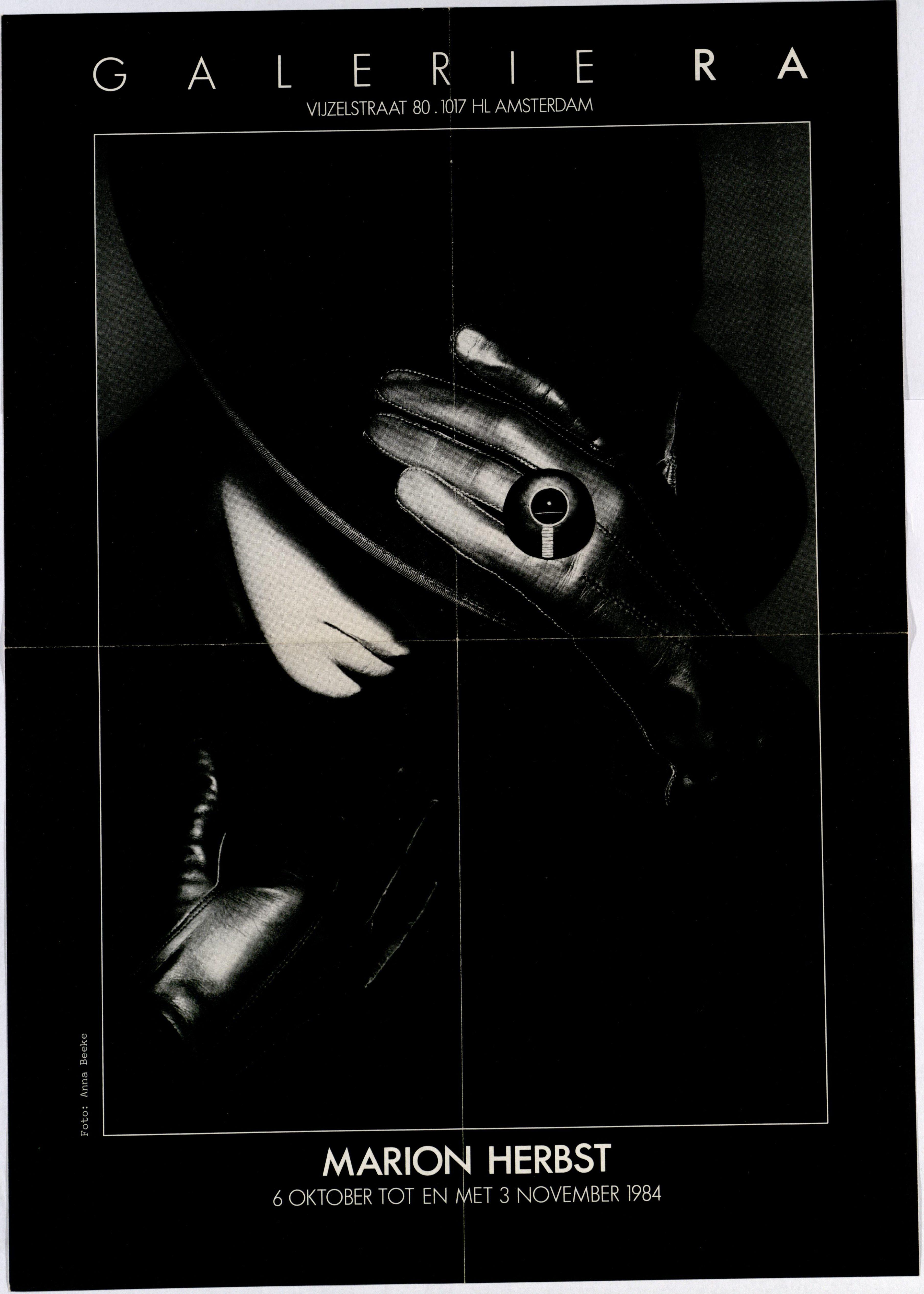 Ra Bulletin 13, oktober 1984, voorzijde met ring van Marion Herbst, foto Anna Beeke, papier, drukwerk, metaal
