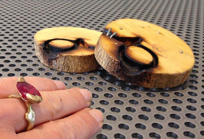 Taehee In, ring met gietvorm tevens doos, hout, metaal, synthetische robijn