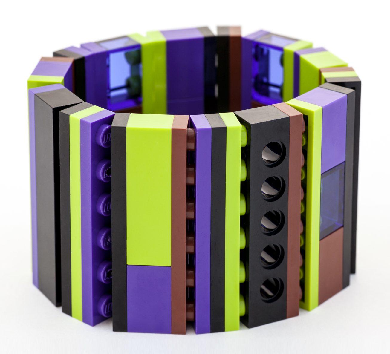 Emiko Oye, Basic 1x6 Bracelet, armband. Foto met dank aan Emiko Oye, LEGOstenen, koord van rubber