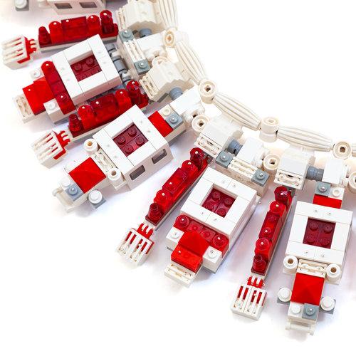 Emiko Oye, Cartier Blanc, halssieraad, 2008. Foto met dank aan Emiko Oye, LEGOstenen, koord van rubber, zilver