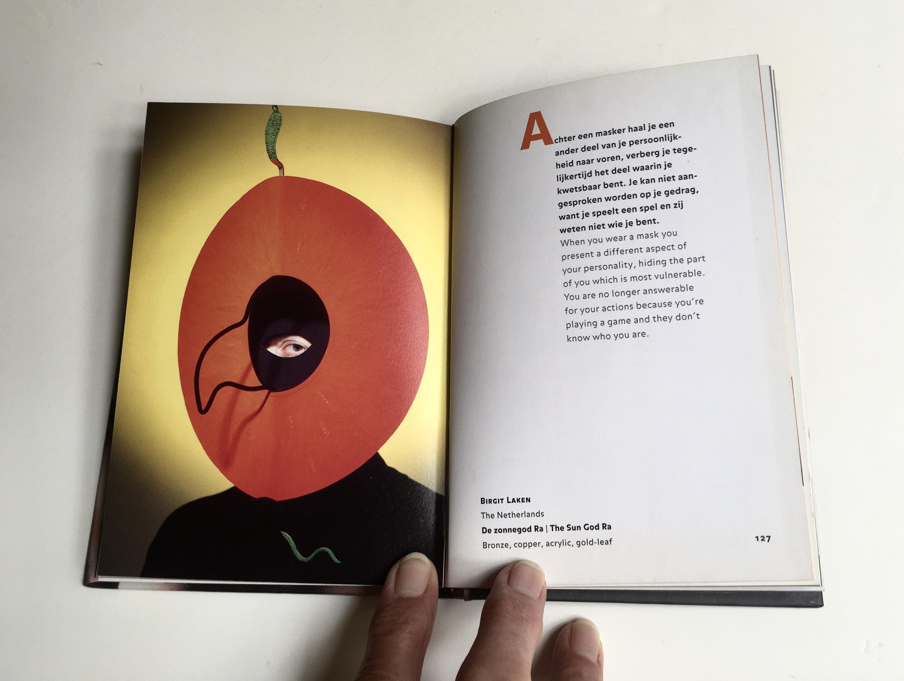 Catalogus 25 jaar Ra Maskerade, Birgit Laken, Zonnegod Ra, masker, 2001. Foto met dank aan Ton Werkhoven (foto in catalogus) en Birgit Laken, drukwerk, papier, brons, koper, acryllak, bladgoud