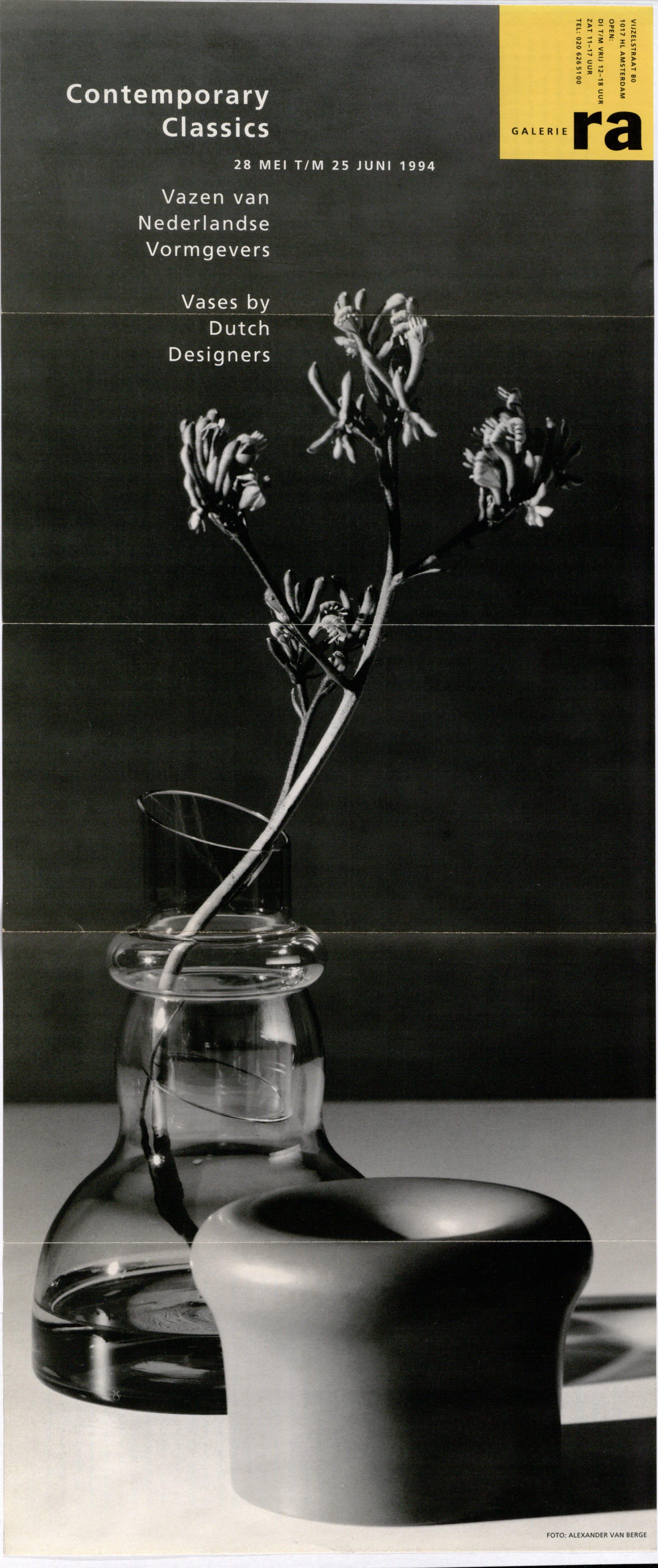 Ra Bulletin 83, mei 1994, voorzijde met foto van Alexander van Berge met vazen van Richard Meitner en Maria van Kesteren, drukwerk, papier. glas, keramiek