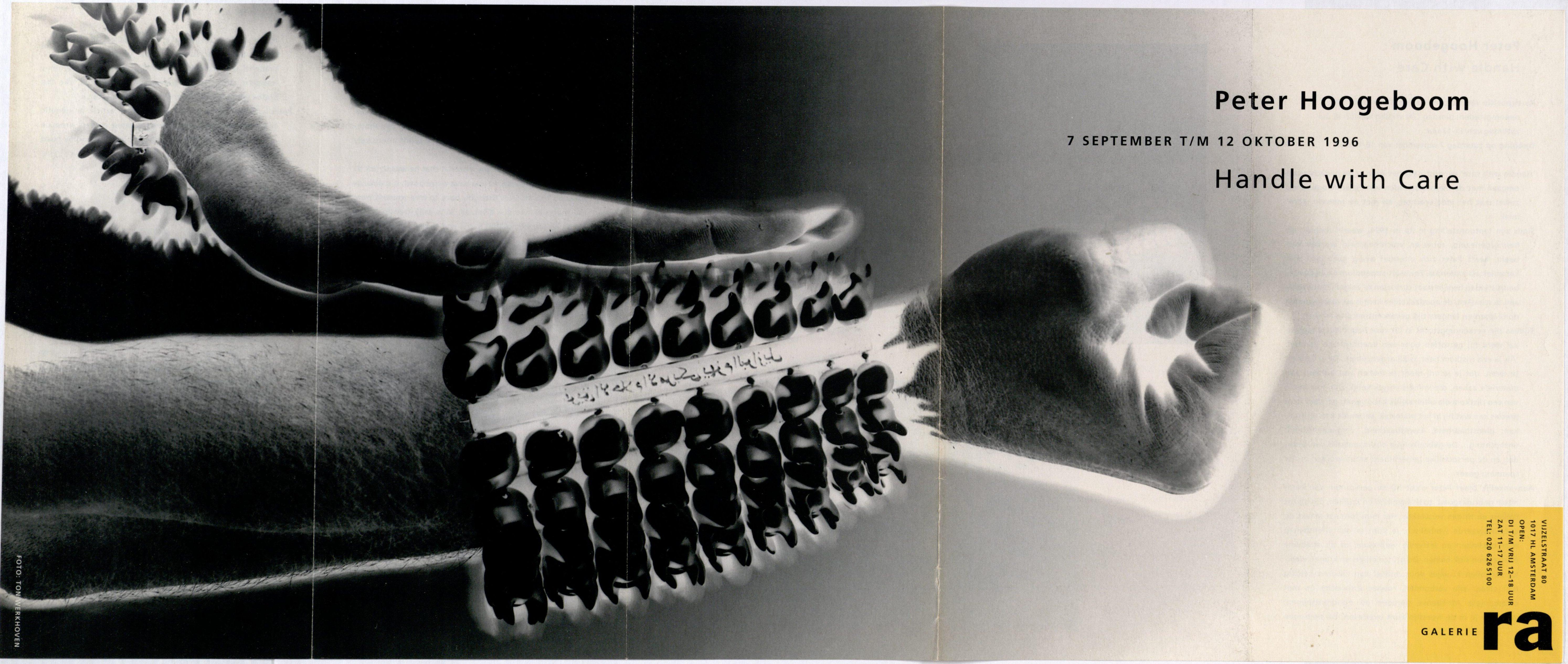 Ra Bulletin 98, september 1996, voorzijde met foto van Ton Werkhoven met armband van Peter Hoogeboom, drukwerk, papier, metaal, keramiek