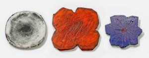 Margaret West, ...In this Pool, Rosa Obscurata, Cut Out for President, broches, 2004, 2011. Collectie Danner-Stiftung. Foto Eva Jünger, marmer, zilver, basalt, verf, inkt