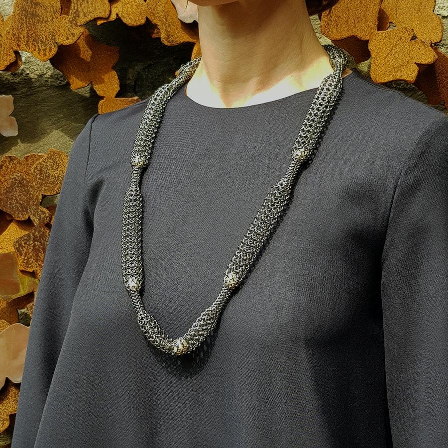 Joanne Thompson, Yarrow, halssieraad, 2020, gezwart zilver, parels