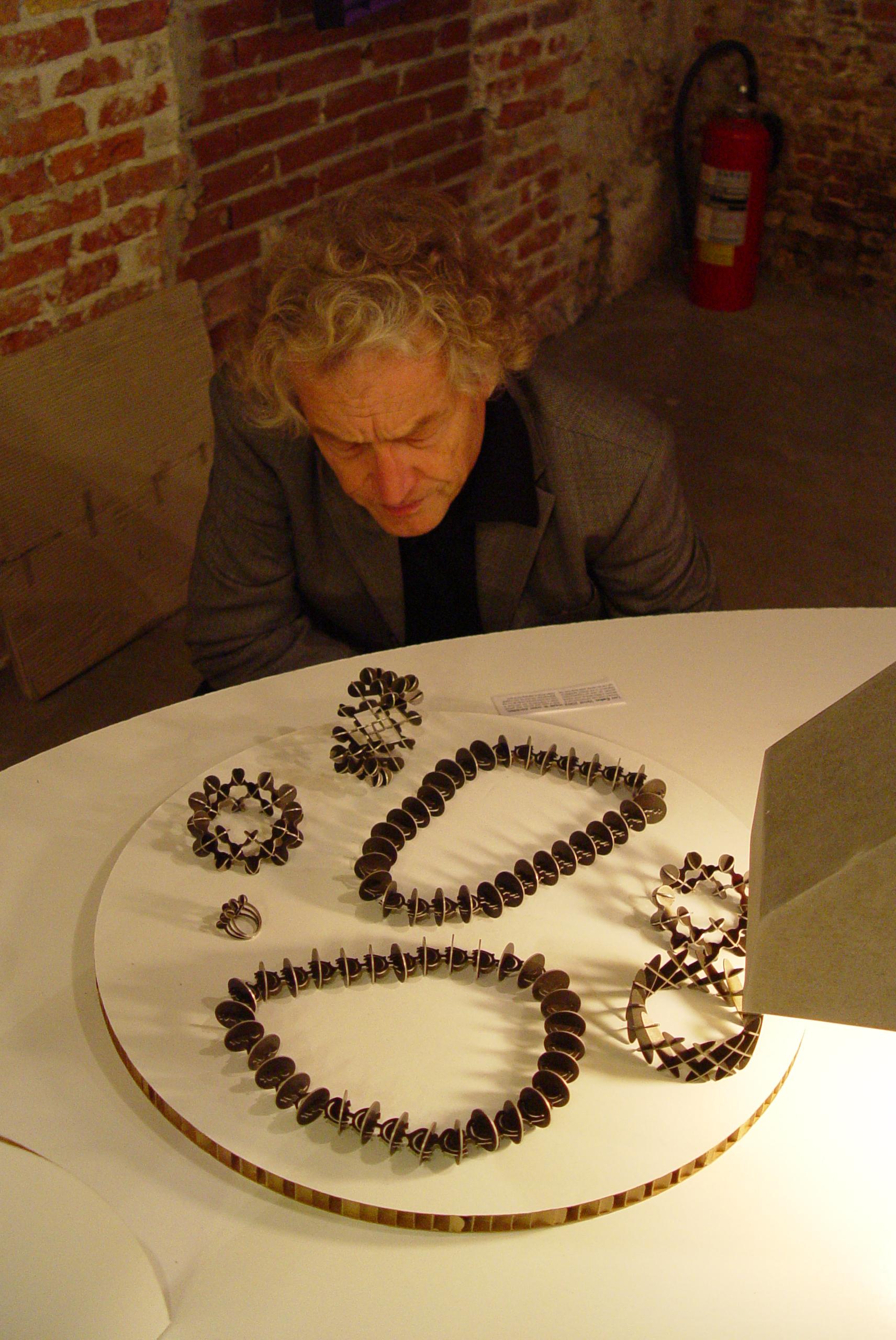 Leo Cahn, sieraden, Beyond Material, portret Rudy Uytenhaak, armbanden, halssieraden, ring, broche, tentoonstelling, foto Birgit Laken