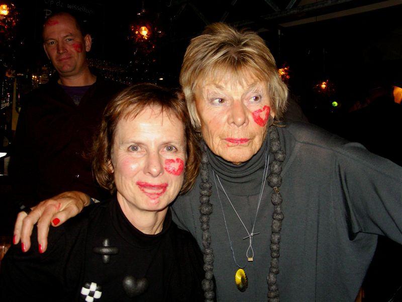 Maria Hees en Threes Moolhuysen-Coenders. Vormgeving met een afscheidskus, 2010, portret