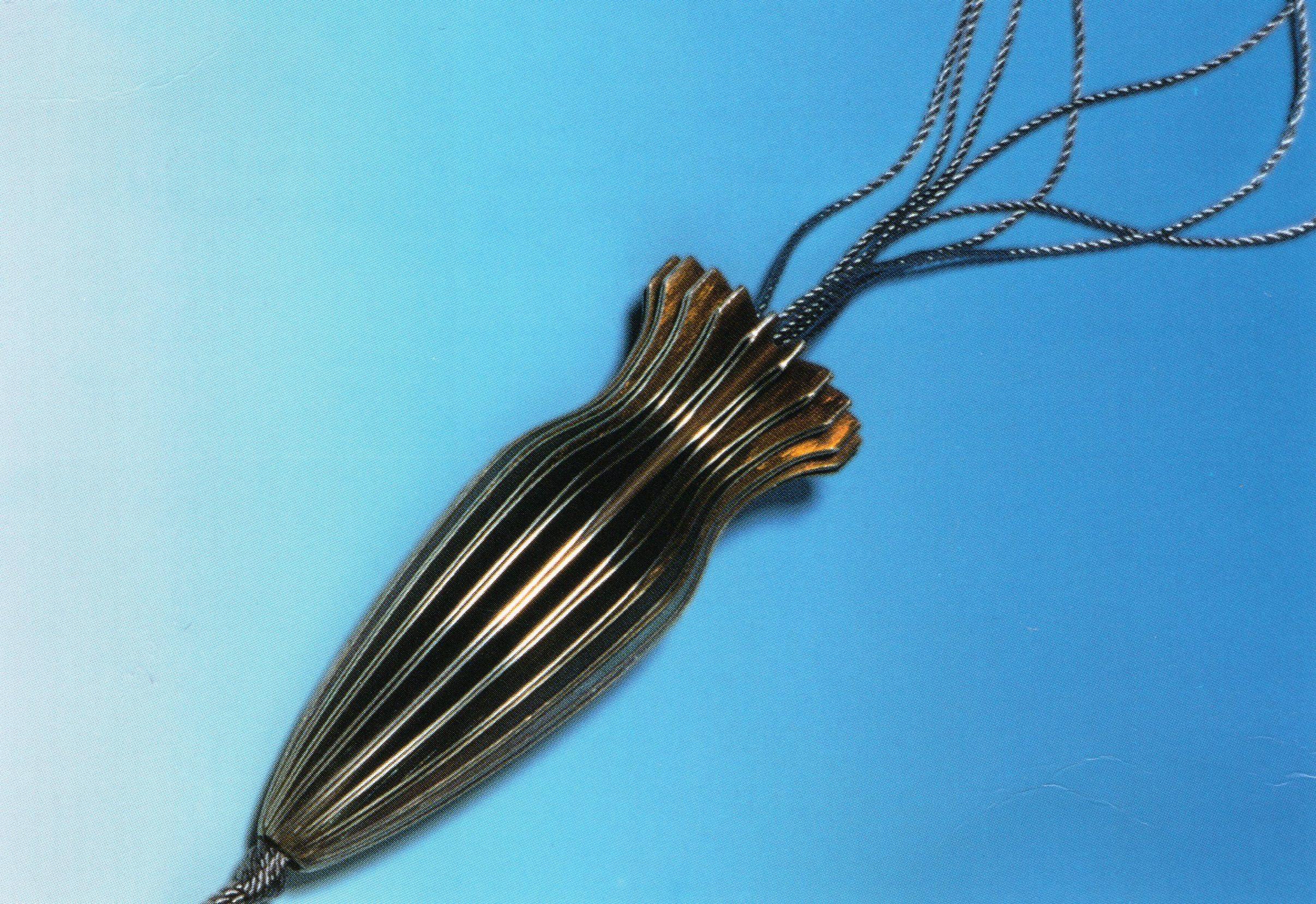 Suzanne Esser, halssieraad, 1995, gevouwen en gepatineerd zilver