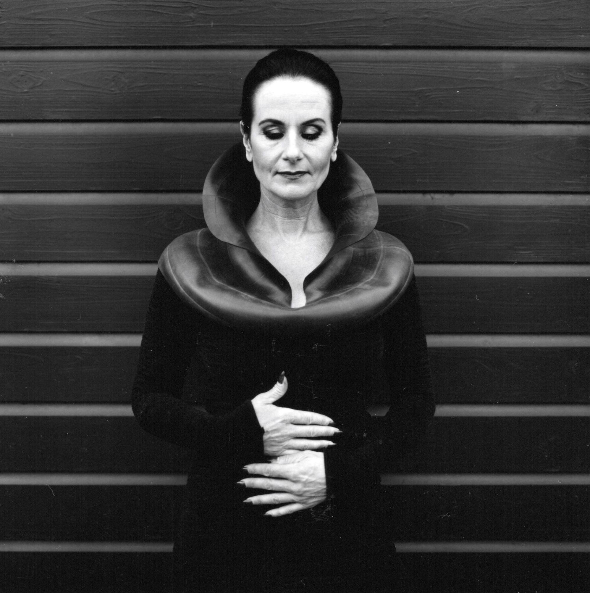 Ans Markus draagt Thea Tolsma, halssieraad, 1997. Foto Duco de Vries, rubber, portret