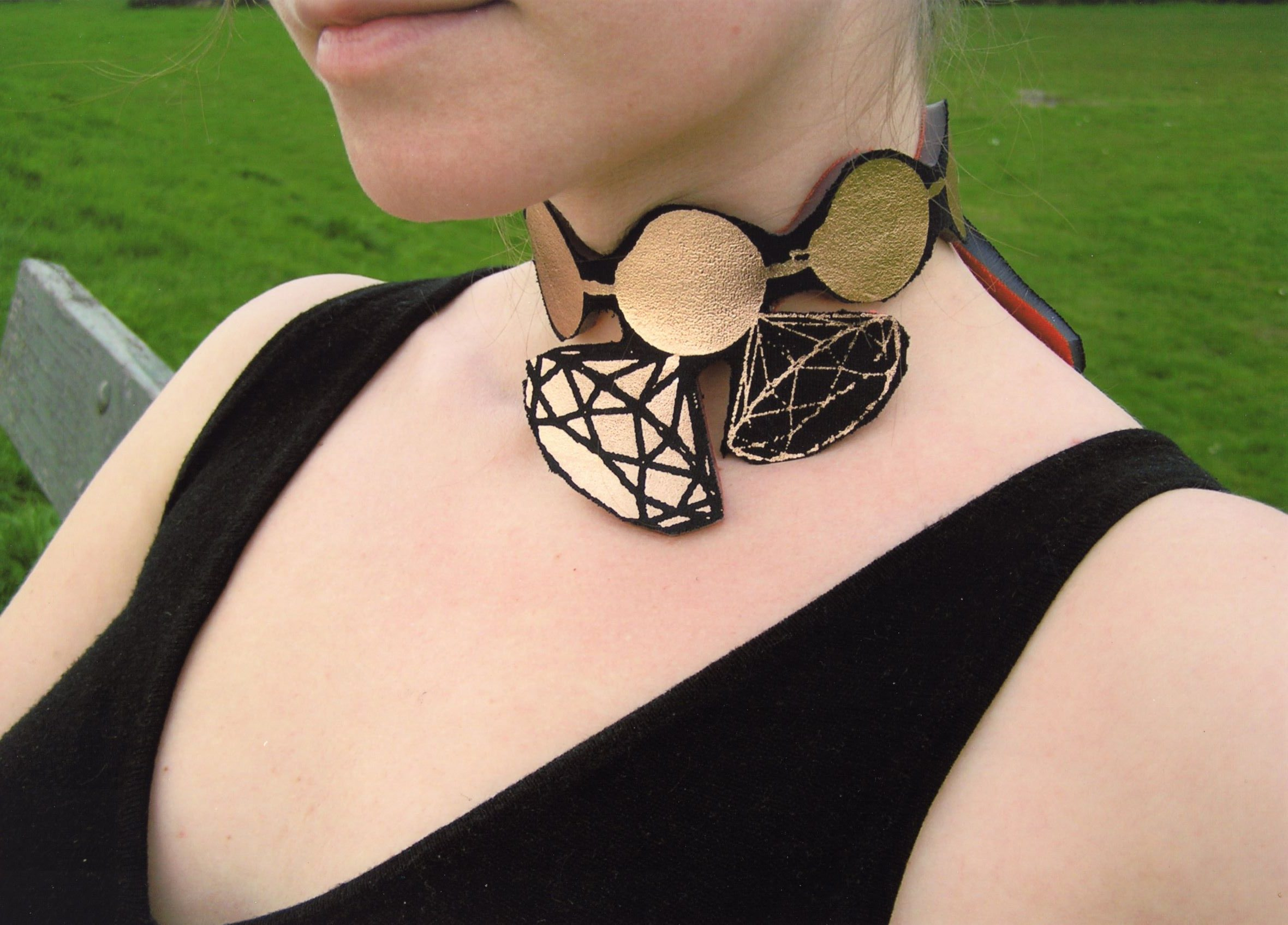 Uli Rapp, Pearls and Diamonds, halssieraad, 2006, kunststof, textiel, zeefdruk