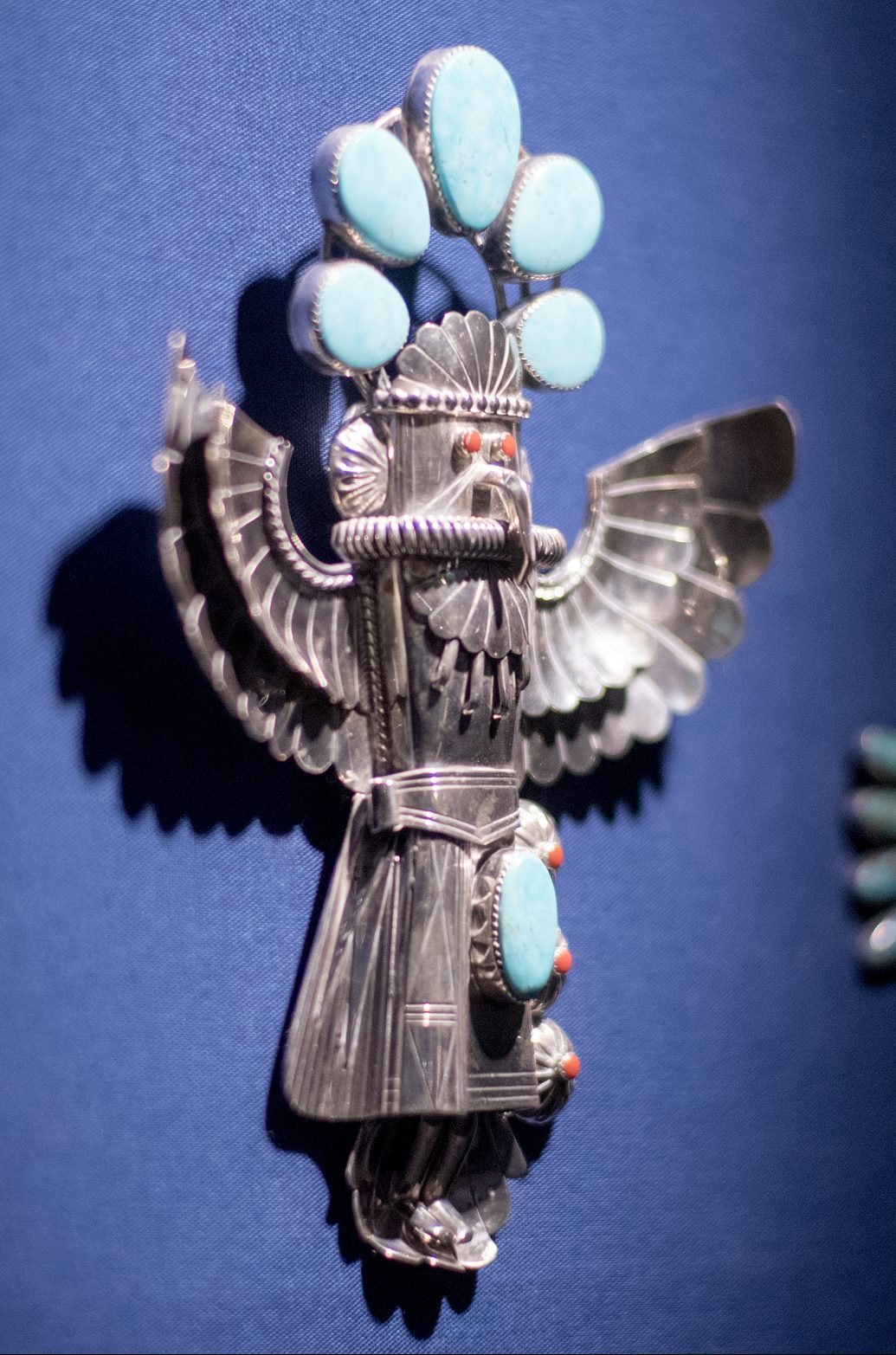 Jerry Roan, Eagle Dancer, broche, circa 1970. Collectie Madeleine Albright, Read my Pins, LBJ Library, 2017. Foto Jay Godwin, zilver, turkoois, koraal