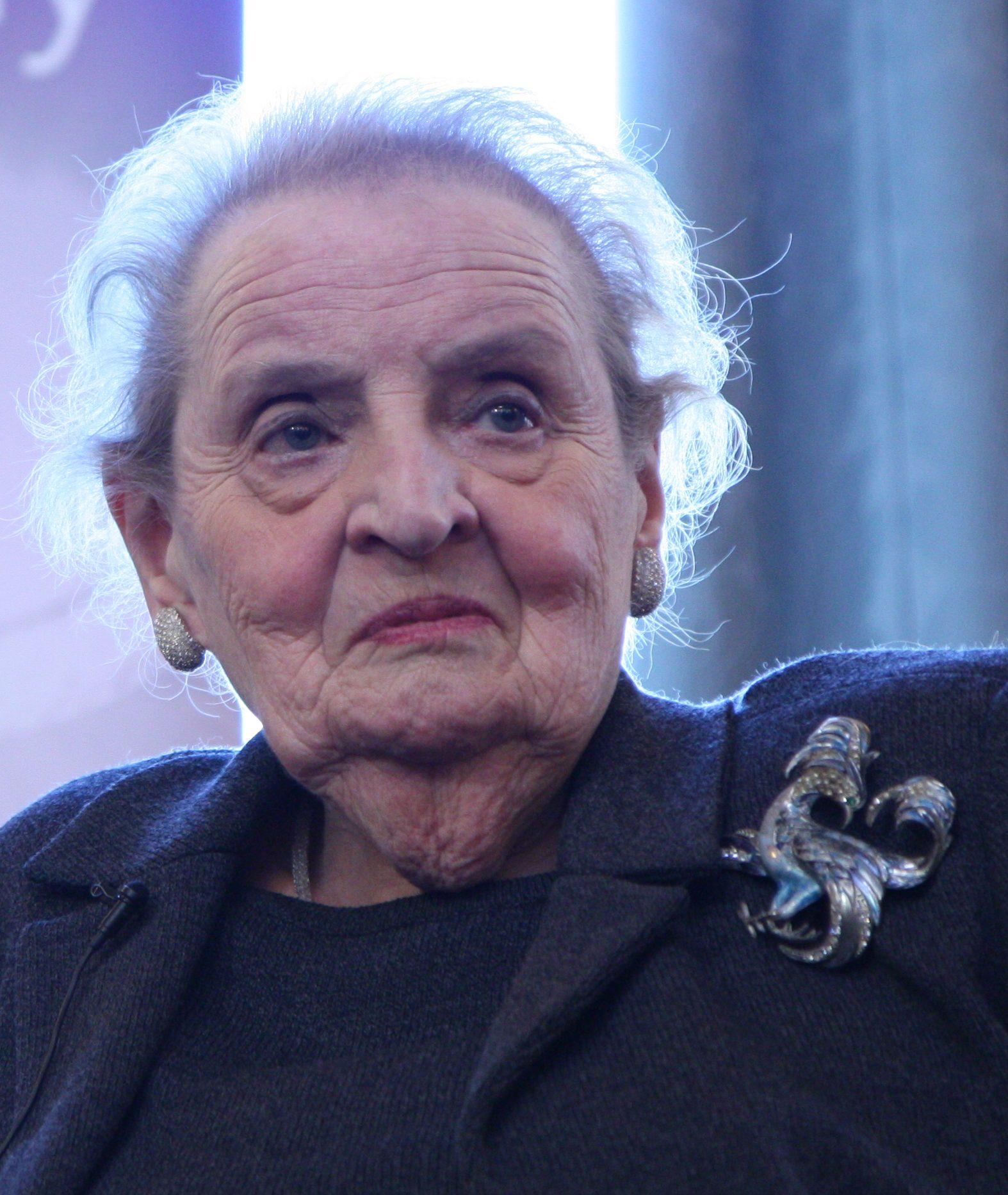 Madeleine Albright draagt broche, Londen, 17 februari 2015, portret