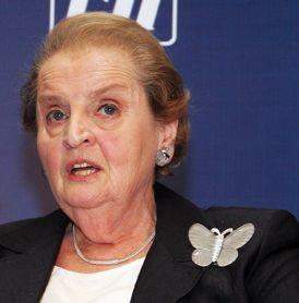 Madeleine Albright draagt broche in de vorm van een vlinder, India, 3 december 2007. Foto World Economic Forum, portret