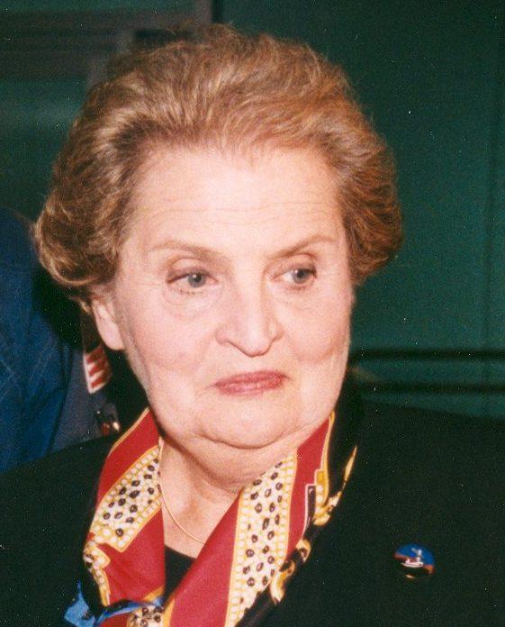Madeleine Albright draagt eeen broche, 3 december 1998. Foto NASA, portret