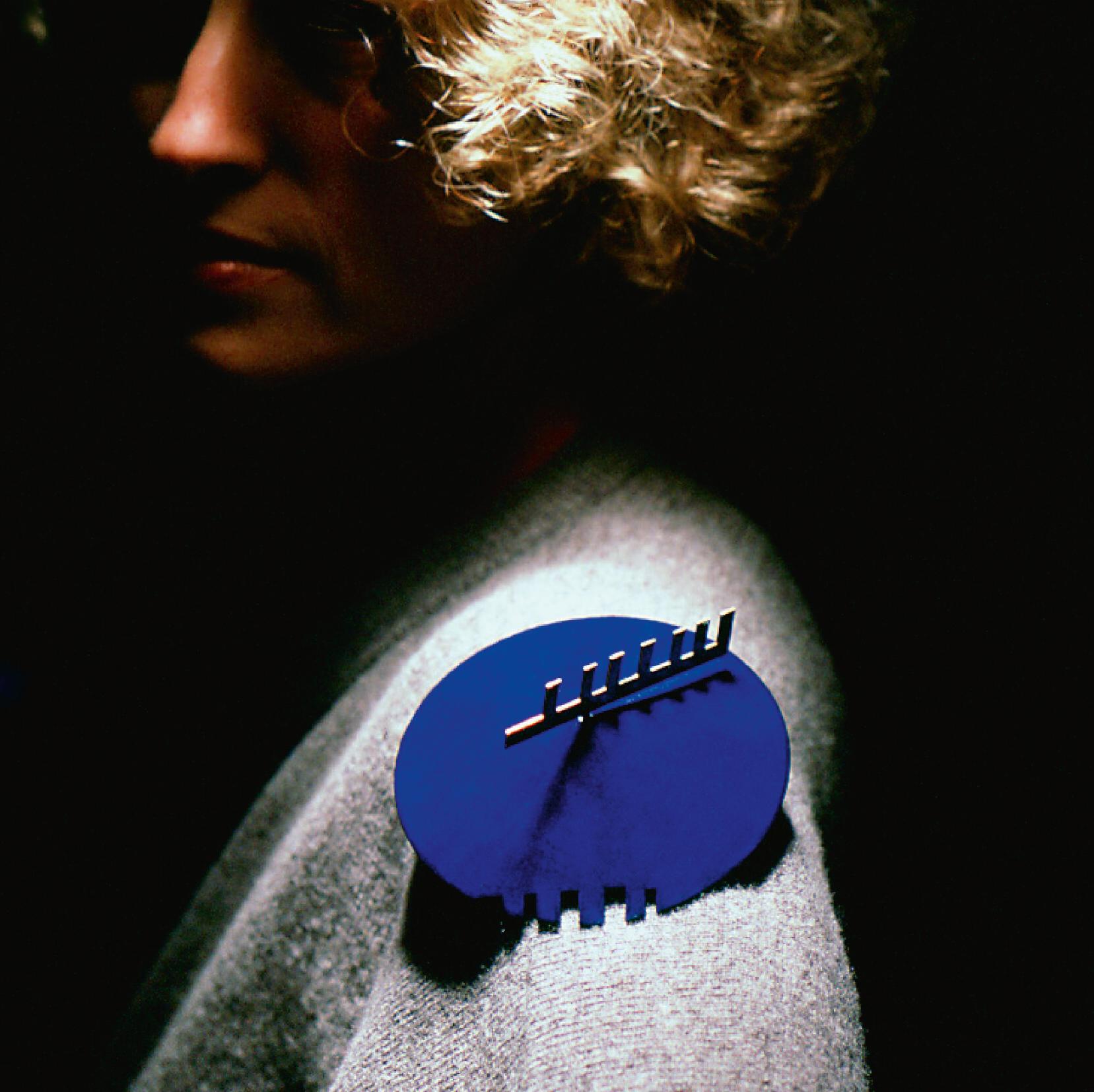 Paula Crespo, broche, 1988. Foto António Sena, hout, Japanse lak, goud, messing