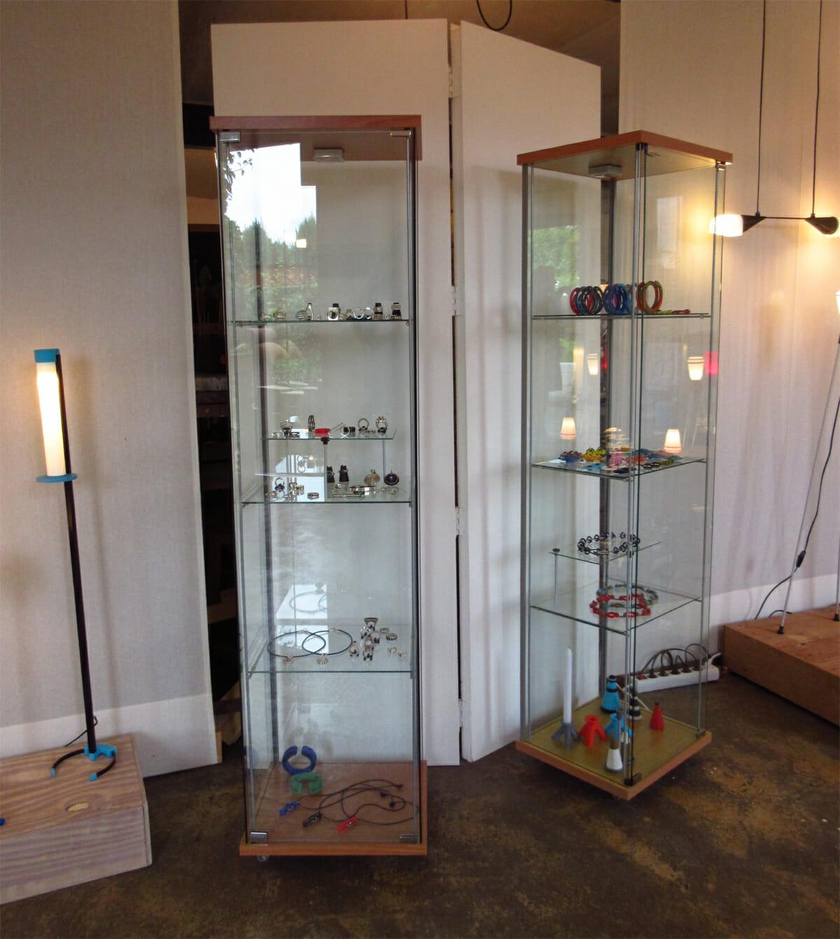 Ben Wisman, sieraden en lampen. Foto Ben Wisman, vitrines, tentoonstelling