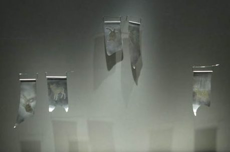 Kobi Roth, broches, 2011. Transit, Schmuckmuseum Pforzheim, 2012. Foto Jürgen Eickhoff, zilver, staal