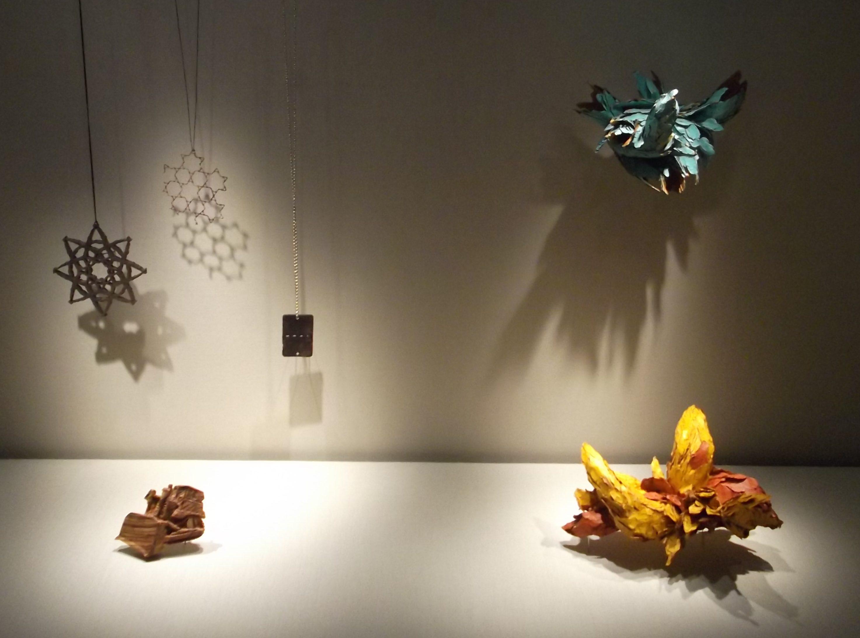 Attai Chen. Transit, Schmuckmuseum Pforzheim, 2012. Foto Jürgen Eickhoff, tentoonstelling, hout, nylon, zilver, olijvenhout, staal, papier