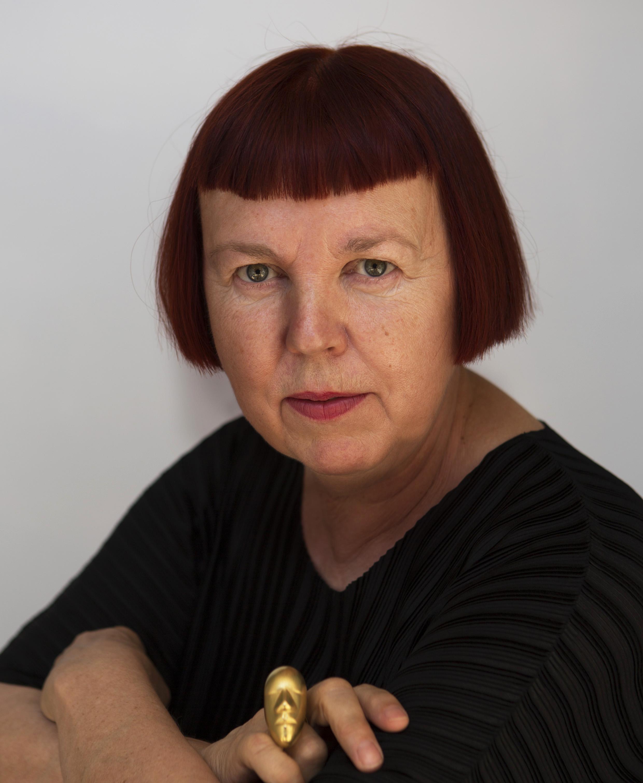 Margareth Sandström 2017, met ring van Margaret Sandström, 2011, portret, goud