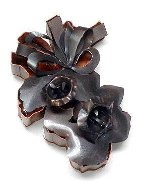 Sondra Sherman, Nicotiana, broche, 2009, staal, nagellak