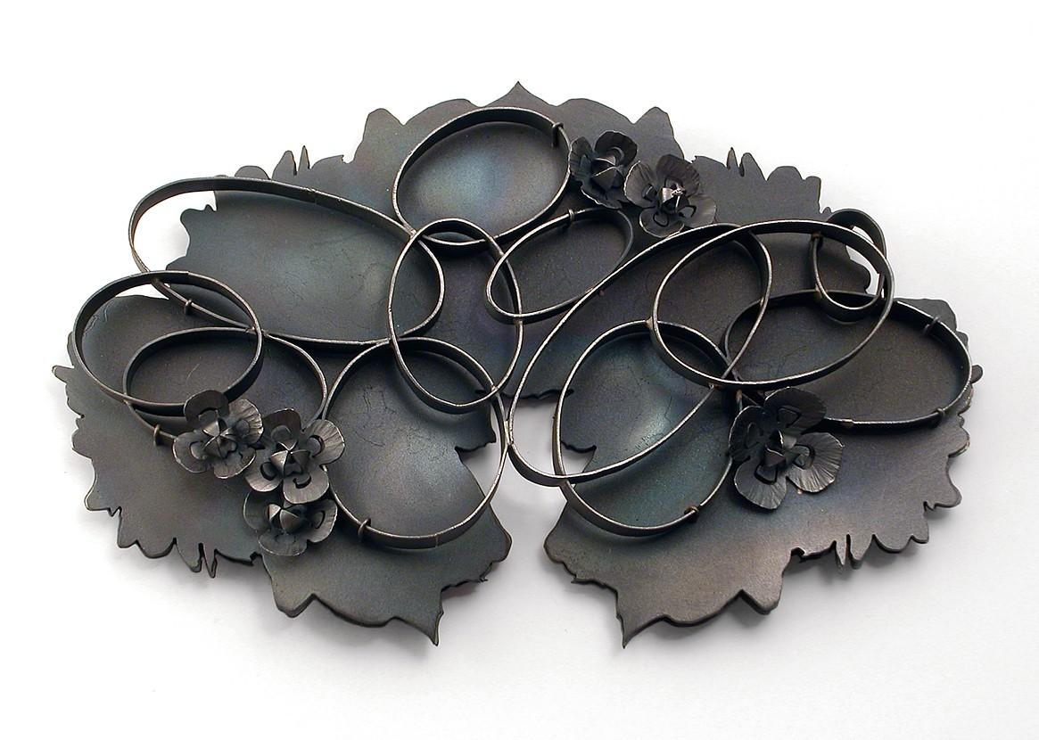 Sondra Sherman, Rorschach Corsage: Papaver Somniferum II (opium), broche, 2016, staal