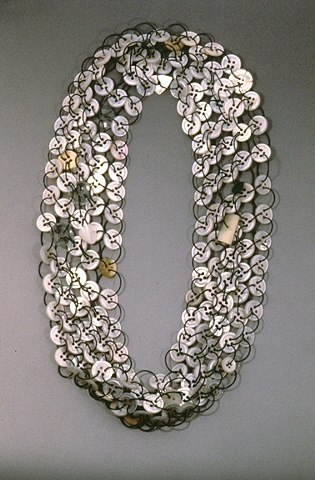 Sondra Sherman, Mother of Pearl Button Necklace, halssieraad, 1982-1989.