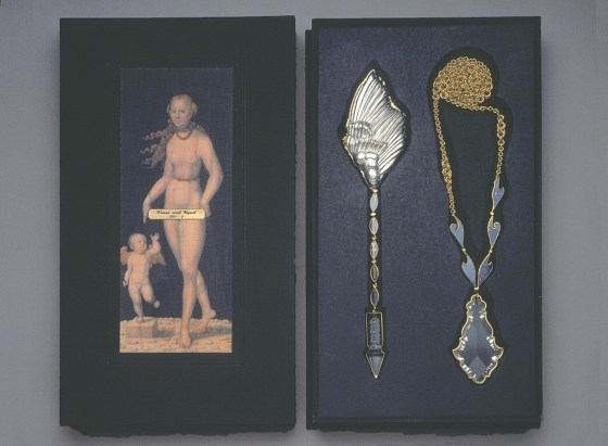 Sondra Sherman, Venus and Cupid, halssieraad in foedraal, 1990-1995. Collectie Metropolitan Museum of Art