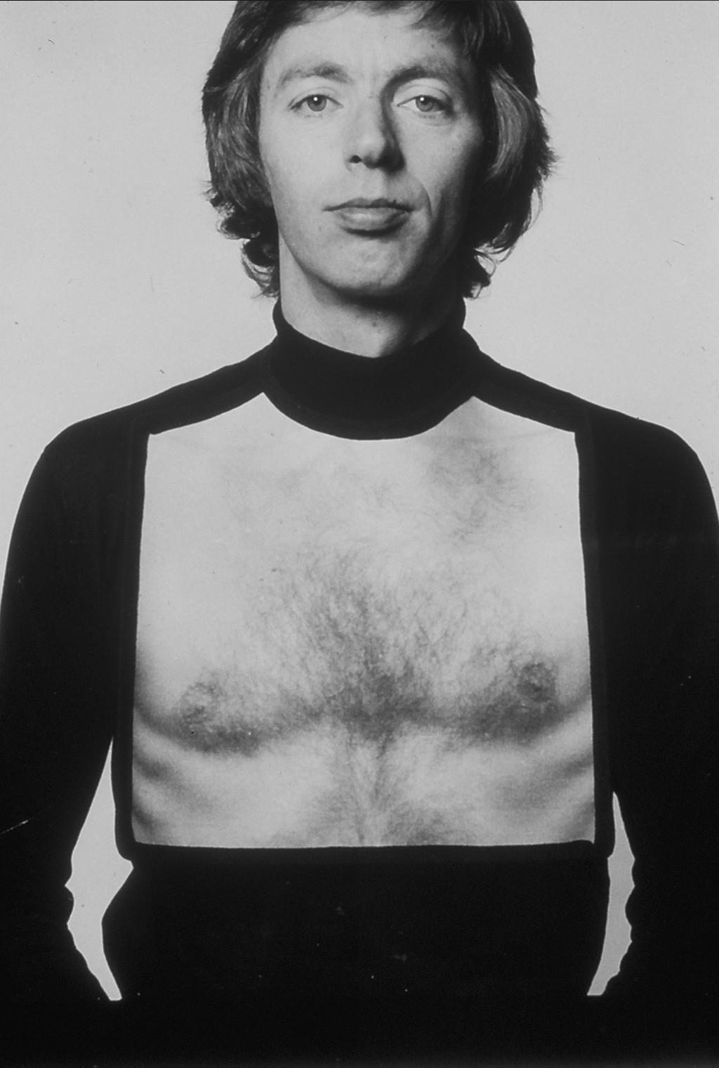 Gijs Bakker draagt zijn slab, 1976. Foto Mathilde Jurissen, portret, textiel